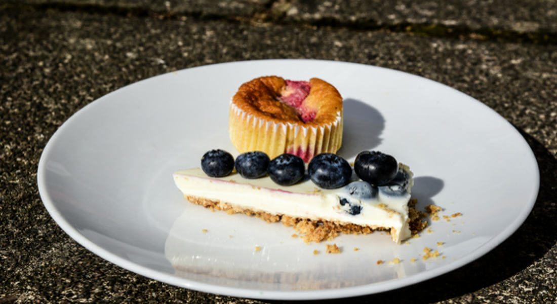 lemon-and-blueberry-cheesecake-and-raspberry-and-vanilla-cupcake-canderel-taste-test-motherhooddiaries