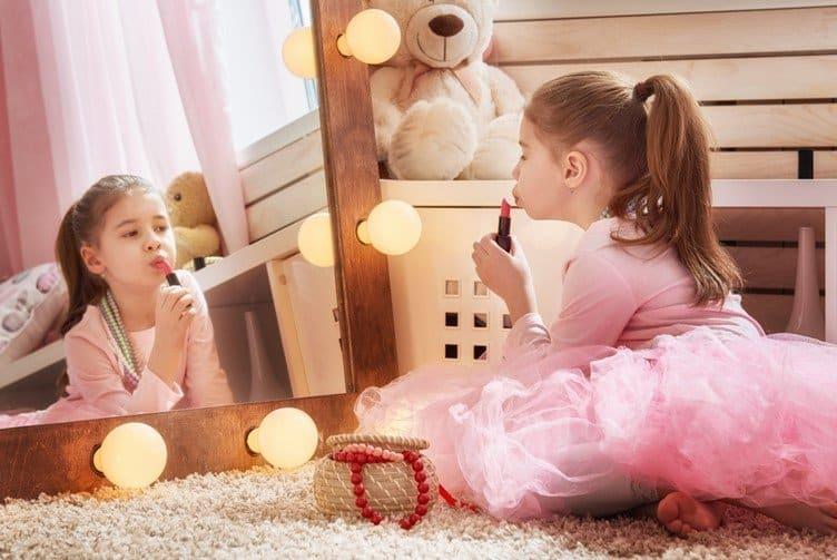 Girl putting on lipstick - motherhooddiaries